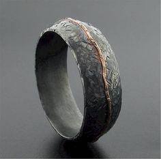Carrock Silber und Gold, die rustikale Mann Band mit oxidierte gehämmerte Oberfläche und innen matt Hochzeit zu beenden. Dieser Ring ist aus Sterling Silber und gelb gold, 8 mm breit und ca. 2 mm dick auf ein Gericht-Profil gefertigt. Jeder ist Handarbeit mit Goldlinie und Textur macht ein einzigartige individuelle Muster auf jedem Ring. Eines meiner Hochzeit Ring-Designs, die sehr unterschiedliche und ideal für eine Einzelperson oder paar auf der Suche nach etwas von einem standard…