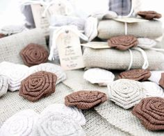 Filmik: Tkanina i kwiaty jutowe / Video: Burlap fabric and flowers http://www.retrokraftshop.pl/pl/81-juta-retro-kraft