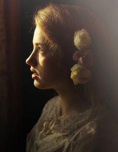 Bardzo mi się podoba punktowe oświetlenie podkreślające profil twarzy oraz delikatność tego portretu. Ciepłe światło nadaje niesamowitego klimatu :)