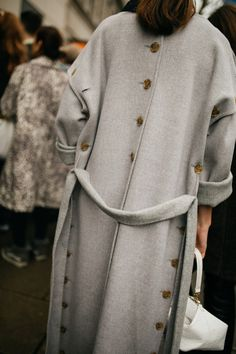 They Are Wearing: London Fashion Week Fall 2019 : Street Style RTW Fall 2019 WWD's Kuba Dabrowski captured the best street style winter outfits from London Fashion Week Fall/Winter Cool Street Fashion, Look Fashion, Fashion Details, Street Style, Fashion Outfits, Womens Fashion, Fashion Tips, Mode Abaya, Mode Hijab