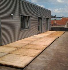 Terrasse en panneaux de coffrage en bois recyclé AZOBE