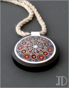 """Niepowtarzalna biżuteria wykonana ręcznie od podstaw z czystego srebra, ozdobiona techniką """"minankari"""", czyli starą metodą gorącej emalii przegródkowej i oprawiona w drewno hebanowe."""