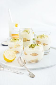 Simple, quick, summery and refreshing: lemon tiramisu. With lemon curd, chopped pistachios and vanilla liqueur. Lemon Recipes, Sweet Recipes, Dessert Sauces, Dessert Recipes, Party Desserts, Lemon Tiramisu, Vanilla Liqueur, Kitchen Recipes, Cooking Recipes