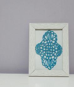 Quadro com moldura na cor branca Desenho feito totalmente em crochê com linha azul Fundo branco  Tamanho 13 x 18 cm R$ 35,00