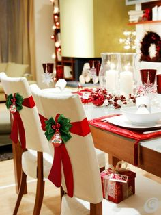 110 Cheap and Easy DIY Christmas Decor Ideas that proves Elegance is not Expensive - Hike n Dip Thinking about elegant and classy Christmas Decorations which won't cost you much. Look here for inspiring Cheap and Easy DIY Christmas Decor Ideas here. Diy Christmas Decorations Easy, Christmas Table Settings, Christmas Tablescapes, Christmas Centerpieces, Christmas Table Cloth, Holiday Tables, Classy Christmas, Cheap Christmas, Diy Christmas Tree