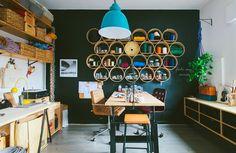 Conheça o ateliê de Drê Magalhães e se inspire nas várias ideias simples e ecônomicas que a designer usou para montar seu espaço. Tem painel de pegboard, escadinha de cobre, estante de madeira ...