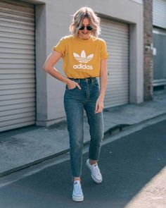ideas casual 44 Astonishing Sneaker Outfits Ideas To Make Your Look Good Outfit Jeans, Outfits With Mom Jeans, Boyfriend Jeans Outfit, Boyfriend Style, Mode Outfits, Retro Outfits, Chic Outfits, Classy Outfits, Fashionable Outfits