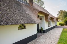 Verbouw boerderij Opijnen - Bouwbedrijf Van der Helden - OphemertBouwbedrijf Van der Helden – Ophemert Country Living, Country Style, Camping Resort, Thatched Roof, Modern Barn, Window Frames, Old Farm, Future House, Beautiful Homes