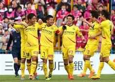 前半、柏・田中(左)が先制ゴールを決め、喜ぶ工藤(中央)=日立柏サッカー場(撮影・吉澤良太)