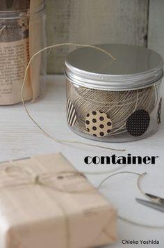 かさばりがちな糸類はアルミ缶に入れて、缶のふたにちょっと穴をあけてあげれば、なんともおしゃれな見せる収納の完成です。ガラスの方にはお気に入りのシールを張ってオリジナリティをUP。