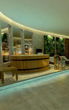 Área de ofurô com piso elevado com iluminação de led azul, jardim vertical, chaises para relax, lanternas decorativas, piso mármore travertino.