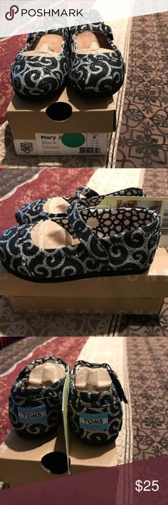 Toms toddler girls dress shoes Toms toddler girls size 6 dress shoes. Color iz black with glittery silver design Toms Shoes Dress Shoes