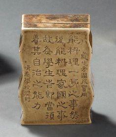 Boîte à encre de forme bambou couverte en cuivre doré gravée d'idéogrammes sur le couvercle. Fin XIXe siècle 8.5 x 5.5 cm