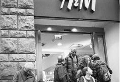 #h&m #woman #man #shopping #sleeping #rest #sleep #door #sliding #boring #tiring #headache #bother #hunting #buying #sunday #mall #street #photography #florence #firenze #leica #mp #film #kodak #trix