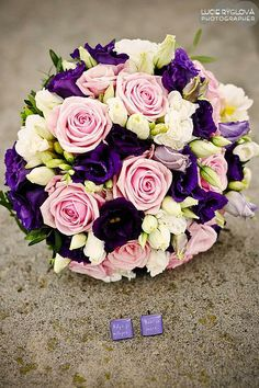 Svatební kytice uvázaná z růží, eustomy, fresie.