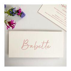 Studio Octavie   Voor Babette kozen mama en papa voor een roze letterpress op voor- en achterzijde én afgewerkt met dezelfde tint roos voor kleur op snee. Dat gekleurd randje, weet je wel? Wil jij ook zo'n (geboorte) kaartje op maat? Neem dan snel contact met me op. Info@studiooctavie.be of surf naar de website www.studiooctavie.com #geboortekaartje #birthcard #letterpress #kleuropsnee #colorededges #doopsuiker #suikerbonen Home Studio, Place Cards, Place Card Holders, Seeds, House Studio
