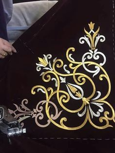 This Pin was discovered by Ser Machine Embroidery Patterns, Embroidery Stitches, Embroidery Designs, Sewing Patterns, Antique Pine Furniture, Plastic Canvas Letters, Embroidered Towels, Butterfly Template, Gold Embroidery