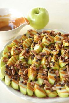 Apple nachos: Slice green apples, and squeeze lemon juice over them so they don't brown. Drizzle with caramel sauce, mini chocolate chips and crushed walnuts. *instead of chocolate chips and walnuts, use a chewy granola crumble, and crushed pecans Yummy Treats, Yummy Food, Tasty, Yummy Healthy Snacks, Vegan Snacks, Sweet Treats, Apple Nachos, Apple Pizza, Snacks Für Party