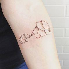 Mamãe desenhou a gente em forma de elefantes de papel ♡.♡ Obrigada @jesspaixaotattoo, você eh incrível ♡ #motheranddaugther #elephant #tattoo #elephanttattoo #origamitattoo #origami