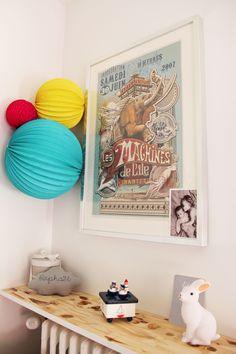Décoration colorée pour chambre d'enfant, chambre partagée, lampions || Colorful kids décor, paper lanterns, shared bedroom www.souslelampionblog.com