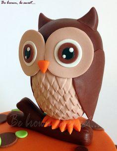 Buho de fondant para la tarta infantil alegre y divertida para Uriel #figura #figure #figurafondant #fondantfigure #buho #owl #tartabuho #owlcake #tartaanimales #tartadosaños #secondbirthdaycake #animalscake