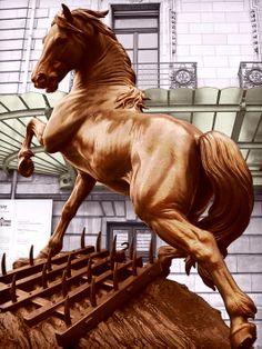 Museo d'Orsay. Imponente statua del cavallo all'entrata. Foto ritoccata per enfatizzarne i colori.
