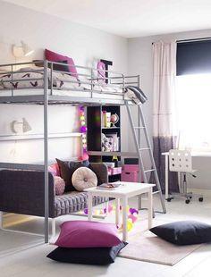 petite chambre enfant avec un lit mezzanin en métal et coussins