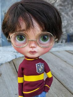 He encontrado este interesante anuncio de Etsy en https://www.etsy.com/es/listing/585991537/harry-blythe-custom-ooak-save-the