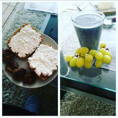 Tag 25/90 heute morgen gab es einen vanilleshake mit Kokosraspeln und frischen Heidelbeeren und zu mittag gab es Körnerbrötchen mit Hüttenkäse  und dazu ein paar selbst gemachte Frikadellen die ich für morgen schon mal vorbereitet habe! #lowcarb #abnehmen #Kohlehydrate #foodpics #foodporn #food #fitness #sport #transformation #healthy #weightloss #eatclean #motivation #breakfast #instafood #weightlossjourney #90daybodychallenge #90twg #abnehmen2015 #gesundabnehmen #abnehmenohnezuhungern by…