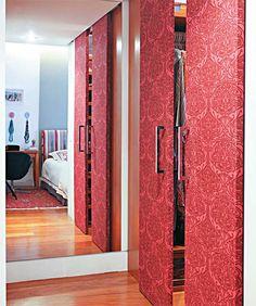 Uma solução criativa para portas é o uso de tecidos decorativos. Escolha um que combine com a decoração de seu ambiente e encape as portas, usando cola branca diluída.