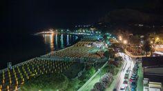 Vista notturna della spiaggia di Mondello dalla terrazza