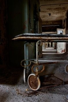 Loop - Photo of the Abandoned Rathen State Hospital Old Abandoned Buildings, Abandoned Asylums, Old Buildings, Abandoned Places, Old Hospital, Abandoned Hospital, Spooky Places, Haunted Places, The Hostile Hospital