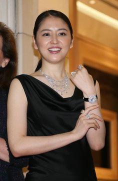 「ショパール」のダイヤのネックレスや時計をまとい、セレモニーに出席した長澤まさみ =東京都中央区(撮影・塩浦孝明)