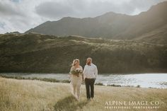 Bohemian Elopement Wedding in the Queenstown mountains of New Zealand. Photography by Alpine Image Company and planning by Boutique Weddings New Zealand.