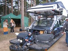 "Director Alfonso Cuarón wanted to use all-in-one takes in his brilliant 2006 film ""Children of Men"".The most impressive is the attack on a car which used a specially designed car-mounted rig to create 360 degree movements for the sequence. This is the rig they used"