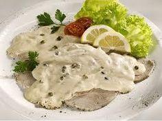 """Il """"vitel tonè"""" è una ricetta tipica della cucina piemontese. La paternità di questa ricetta viene rivendicata soprattutto dalle città della """"Provincia Granda"""", Cuneo e Alba.   Sembra che la ricetta tradizionale risalga al 1700-1800. Alla base del vitello tonnato ci sono il tonno, le acciughe e i capperi.   Vini consigliati: un bianco profumato o un rosso scarico JO"""