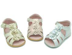 Tienda de Sandalias de piel con flores para niñas. Disponemos de la mayor oferta del mercado de sandalias de piel hecho en España. Envíos Gratis.