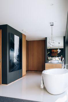Badet ligger åpent i soverommet og har også en walk-in garderobe.