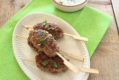 In dit recept laten wij zien hoe je zelf Turkse gehaktspiesjes kunt maken. Super simpel maar o zo lekker! Ook lekker op de barbecue.