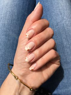 Discover how to get the daisy nail trend in four easy steps #beautyblog #nails #uñas #essie #essielimoscene #daisynails Daisy Nail Art, Daisy Nails, Nail Trends, Nail Inspo, Easy, Nail Designs, Nude Nails, Mail Boxes, Nailed It