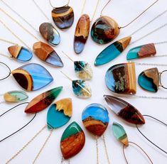 ペンダントに閉じ込めた地層のよう!ジオグラフィックな雰囲気が魅力的な木材と樹脂を組み合わせたアクセサリー