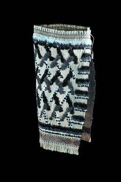kahutoi te kanawa //nga taonga tuku iho Flax Weaving, Feather Cape, Maori Designs, Maori Art, Cloaks, Kite, Projects To Try, Textiles, Tapestry