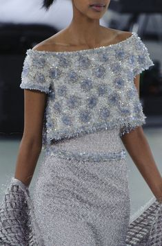View all the detailed photos of the Chanel haute couture spring 2014 showing at Paris fashion week. Read the article to see the full gallery. Style Haute Couture, Chanel Couture, Couture Details, Fashion Details, Look Fashion, Couture Fashion, Runway Fashion, High Fashion, Fashion Design