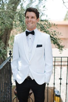 The Old Hollywood Glam wedding style with the groom in a white coat and tailored pants. Plum Prom Dresses, Sexy Wedding Dresses, Wedding Gowns, Old Hollywood Wedding, Old Hollywood Glam, Viejo Hollywood, Hollywood Party, Wedding Men, Wedding Suits
