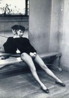 Audrey Hepburn, age 23 in ballet class. Audrey as a ballerina on Diablo Ballet Hollywood Glamour, Classic Hollywood, Old Hollywood, Audrey Hepburn Outfit, Audrey Hepburn Ballet, Aubrey Hepburn, Audrey Hepburn Photos, Foto Glamour, Jane Birkin
