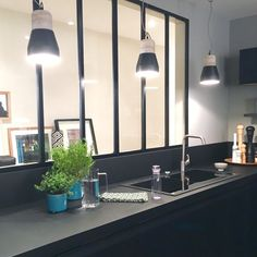 cuisine verriere noire deco design Decoration Design, Deco Design, Home Staging, Kitchen Furniture, Home Decor Inspiration, Interior Design Living Room, Kitchen Design, Sweet Home, New Homes
