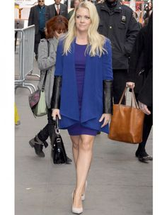 Melissa Joan Hart ensorcelante; love the monochromatic scheme, the heels, and the briefcase bag