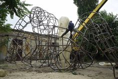 Ukrainian sculptor, blacksmith, and designer Alexander Milov has produced a large wire-frame sculpture that features the forms of children that glow when day turns to night. Burning Man 2015, Simple Art, Easy Art, Colossal Art, Wire Frame, Sculpture Art, Children, Ukraine, Art Sketches