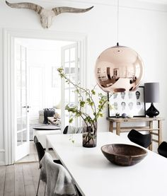 I Hellerup ligger en lejlighed, der har et gennemgående nordisk dna. Find inspiration til at indrette din spisestue i samme nordiske stil.