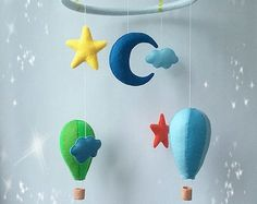 Mobile Babybett für das baby mit den Elementen des Sonnensystems.Bunte und helle Farben von Sternen,Mond,Planeten und einer Rakete.Alle Artikel sind von hoher Qualität fühlte.Alle Elemente werden manuell getrimmt.Ring, Kunststoff, bedeckt mit Filz.Satin-Bänder halten den ring.Die Obere Schleife.  Länge von oben Schleife, unten 17,7 Zoll (45 cm) Hoop 9,4 Zoll (24 cm) Erde 3,7 Zoll (9,4 cm) Saturn 4.7 х 2,7 Zoll (12 x 7 cm) white star 3 Zoll (7,8 cm) gelbe Sterne 1,5 Zoll (4 cm) Mond 4.2 (10.7…